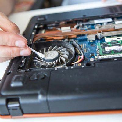 Computer literacy repair men hands, cooling, the hot temperature